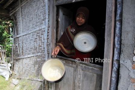 Suharmi, warga Dukuh Tegalpogung, Desa Tlingsing, Kecamatan Cawas, menunjukkan panci berkerak putih setelah kerap dipakai memasak air sumur, Selasa (1/8/2017). (Taufiq Sidik Prakoso/JIBI/Solopos)
