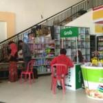 Warga mendaftar driver Grab Bike di stand Grab di Metro Swalayan, Bramen, Desa Jebugan, Klaten Utara, Selasa (1/8/2017). (Cahyadi Kurniawan/JIBI/Solopos)