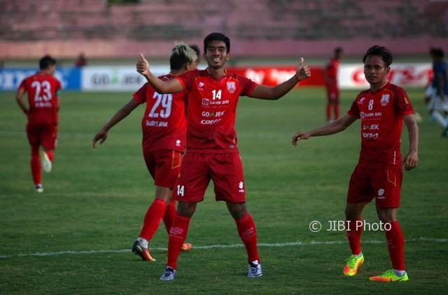 Pemain baru Persis Solo, Agung Supriyanto (kedua dari kanan), meluapkan perasaan seusai berhasil mencetak gol lewat sundulan saat melawan Persiba Bantul dalam pertandingan Liga 2 di Stadion Manahan Solo, Kamis (3/8/2017). (JIBI/Solopos/M. Ferri Setiawan)