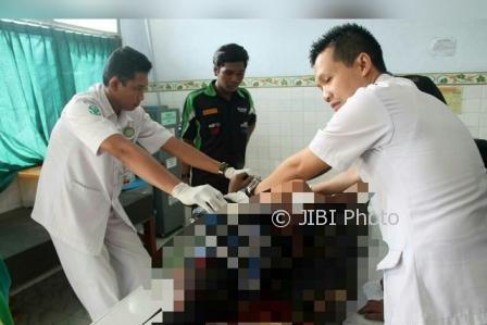 Dua petugas medis RSUD Sragen memeriksa kondisi mayat laki-laki misterius yang ditemukan di Dukuh Gondang RT 011, Desa/Kecamatan Kedawung, Sragen, Jumat (4/8/2017). (Tri Rahayu/JIBI/Solopos)