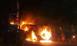 Bus Sugeng Rahayu terbakar setelah bertabrakan dengan sepeda motor di jalan raya Madiun-Surabaya, Sabtu (5/8/2017) malam. (Istimewa/Polres Madiun)