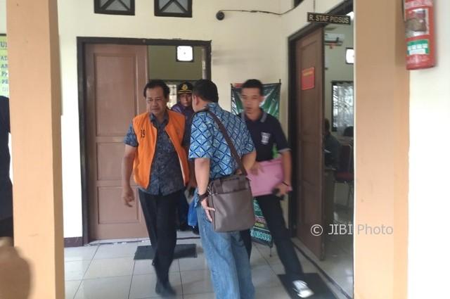 Suwardi (kiri) berjalan menuju mobil tahanan saat dieksekusi Kejari Wonogiri, Jumat (4/8/2017). (Rudi Hartono/JIBI/Solopos)