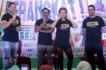 Pemain Film Berangkat!, Ringgo Agus Rahman (kiri), Tanta Ginting (kedua dari kiri), dan Ayushita Nugraha (kedua dari kanan) menyapa penggemar saat Meet and Greet Berangkat di Hartono Lifestlye Mall, Solo Baru, Sukoharjo, Selasa (8/8/2017). Jumpa penggemar tersebut sekaligus untuk promosi film. (Nicolous Irawan/JIBI/Solopos)