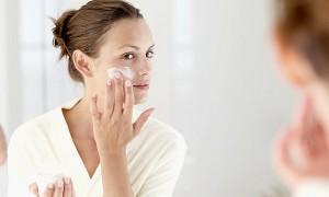 Foto ilustrasi: Meski cuaca mendung atau musim penghujan, jangan lupa tetap memakai lotion pelembab dan tabir surya. (self.com)