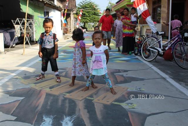 Anak-anak Dukuh Serut, Desa Ngringo, Jaten, Karanganyar, bermain dengan gambar dua dimensi dan tiga dimensi di jalan kampung mereka, Kamis (10/8/2017). (Sri Sumi Handayani/JIBI/Solopos)