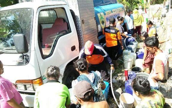 Warga Kowang, Ngargotirto, Sumberlawang, mengambil air bersih kiriman tim BPBD Sragen, Jumat (11/8/2017). (Istimewa/Dokumentasi BPBD Sragen)