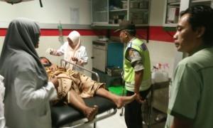 Sulastri menjalani perawatan di rumah sakit daerah Ponorogo setelah dipukul suaminya menggunakan palu, Jumat (11/8/2017) sore. (Istimewa/Polres Ponorogo)