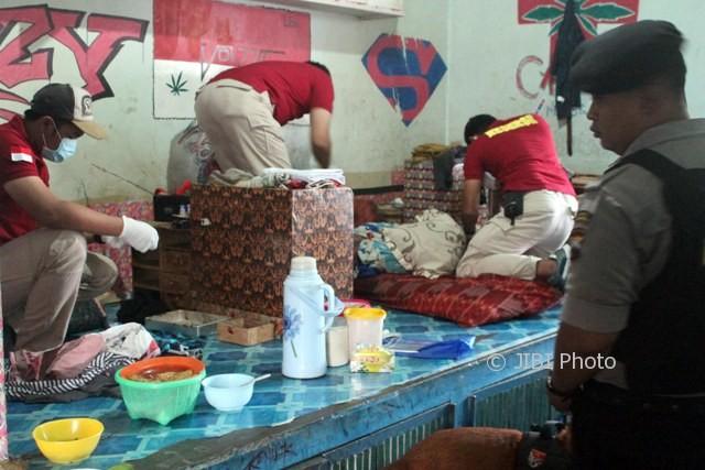 Anggota BNN Jateng memeriksa barang milik napi saat tim gabungan menggelar operasi narkoba di LP Kelas II A Sragen, Jumat (11/8/2017). (Tri Rahayu/JIBI/Solopos)