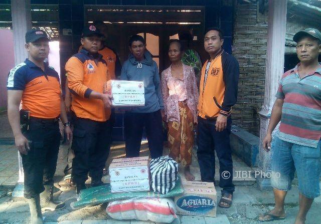 Anggota Satgas BPBD Sragen menyerahkan bantuan kepada korban kebakaran di Dukuh Plasan, Desa Singopadu, Kecamatan Sidoharjo, Sragen, Sabtu (12/8/2017). (Istimewa/BPBD Sragen)