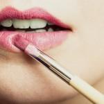 Foto ilustrasi: Memilih warna lipstik bisa berdasarkan warna gigi. (bustle.com)