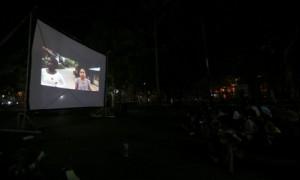 Warga menyaksikan layar tancap film indie Pegang Tangan pada Festival Film Merdeka di Jl. Lumban Tobing, Setabelan, Banjarsari, Solo, Kamis (17/8/2017) malam. (Nicolous Irawan/JIBI/Solopos)