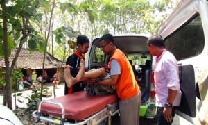 Tim Lazismu Sragen mengevakuasi nenek-nenek ke ambulans di Dukuh Bulakrejo RT 023, Desa Ngangosari, Sumberlawang, Sragen, Senin (21/8/2017). (Istimewa/Sari/Lazismu)