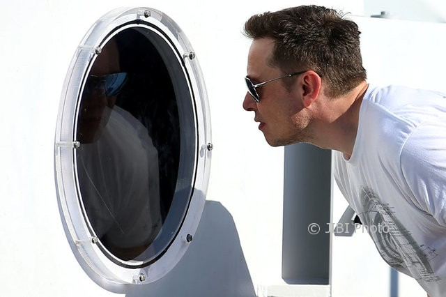 CEO SpaceX, Elon Musk, memeriksa Hyperloop Pod II 27 Agustus 2017. (JIBI/ReutersMike Blake)