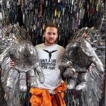 Seniman Inggris Bikin Patung Malaikat dari 100.000 Pisau