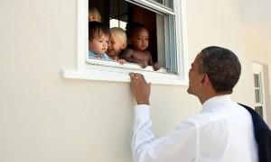 Barack Obama memandang anak-anak (Twitter @BarackObama)