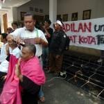 Sejumlah Pegawai Negeri Sipil (PNS) non job melakukan aksi cukur gundul di depan Kantor Wali Kota Tegal Siti Masitha, Rabu (30/8/2017). (JIBI/Solopos/Antara/Oky Lukmansyah)