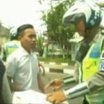 Tak Mau Pakai Helm, Reaksi Waria Ditilang Polisi Ini Bikin Ngakak