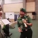 TRENDING SOSMED : Nyanyi Cinta Kita, Suara Melengking 2 Prajurit TNI Bikin Merinding