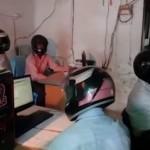 KISAH UNIK :Takut Gedung Roboh, Pegawai Pemerintah India Kerja Pakai Helm Full Face