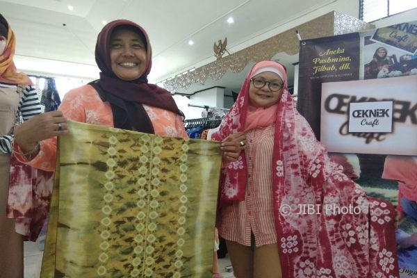 Laksmi Kurniasih (kiri) dan Wahyu Roekmawati (kanan) menunjukkan produk kain jumputan yang diberi label Oekniek Craft saat menggelar pameran di Fleamarket, pameran produk kreatif di Balai Pamungkas, Jumat (11/8/2017). (Holy Kartika N.S/JIBI/Harian Jogja)