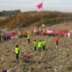 Aktivis lingkungan Kota Solo menggelar upacara Peringatan HUT ke-72 RI di tumpukan sampah di TPA Putri Cempo, Kelurahan Mojosongo, Jebres, Solo, Kamis (17/8/2017) pagi. (Irawan Sapto Adhi/JIBI/Solopos)