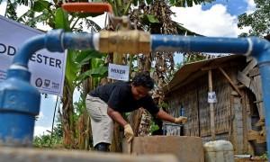 Seorang mahasiswa peserta Kuliah Kerja Nyata Pembelajaran dan Pemberdayaan Masyarakat (KKN PPM) Universitas Diponegoro (Undip) mengolah kotoran sapi untuk dijadikan biogas sebagai bahan bakar alternatif dari salah satu peternakan di Desa Branjang, Ungaran Barat, Kabupaten Semarang, Jawa Tengah, Rabu (2/8). Tim KKN PPM Undip membangun instalasi pengolahan kotoran sapi dari peternakan menjadi biogas sebagai bahan bakar alternatif sebagai kampanye pengurangan ketergantungan masyarakat terhadap bahan bakar minyak dan LPG. ANTARA FOTO/Aditya Pradana Putra/foc/17.