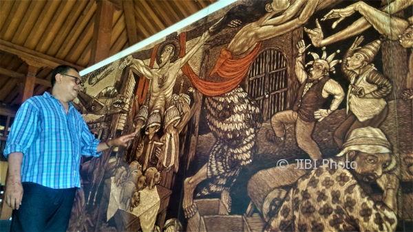 Bonaventura Gunawan menunjukkan karya Grafis Democracy is My li(f)e. Lukisan 2,5 x 5 meter ini akan dipamerkan dalam acara pameran tunggal seni Grafis Re-Public: Reminding of Exsistence, pada Sabtu 12-20 Agustus 2017, di Bentara Budaya Yogyakarta. (Marwan Yotha/JIBI/Harian Jogja).