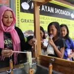 Dian Safi Artha, menyiapkan mi ayam gratis bagi warga di Klaten, Jumat (18/8/2017). (Taufiq Sidik/JIBI/Solopos)