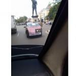 Mobil dengan spanduk bendera Malaysia terbalik tertangkap kamera di Solo (Facebook)