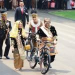 Ketua DPD Oesman Sapta Odang membawa sepeda hadiah dari Presiden Joko Widodo sebagai salah satu peraih busana adat terbaik saat HUT Ke-72 RI di Istana Negara, Kamis (17/8/2017). (Istimewa)