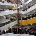 HUT RI : Lomba Panjat Pinang di SGM Solo, Ayo Selak Pundake Sempal…