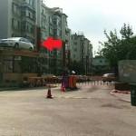 Parkir sembarangan, mobil dipindahkan ke atap bangunan (Shanghaiist)