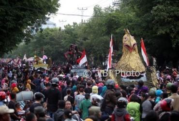 Peserta Pawai Pembangunan melintas di Jl. Slamet Riyadi, Solo, Jumat (18/8/2017). (M. Ferri Setiawan/JIBI/Solopos)