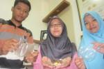 Yudha Pratama Putra, Novia Sariningsih, dan Wahyu Puji Pamungkas, mahasiswa FMIPA UNS yang melakukan inovasi pembuatan lapisan pembungkus makanan menggunakan pati jahe.