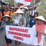 PILGUB JATENG : Dukung Ganjar Pranowo, Petani Tawangmangu Ngeluruk ke Gubernuran