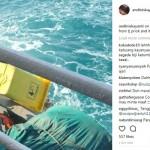 Petugas kebersihan KM Bukit Raya membuang sampah di laut (Instagram)