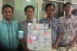Tim peneliti mahasiswa Prodi Teknik Elektro Fakultas Teknik UNS dengan model Rumah Pintar mereka. (Solopos - Septhia Ryanthie)