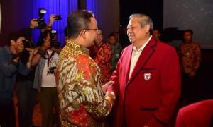 SBY dan Anies Baswedan dalam pembukaan Yudhoyono Institute di Jakarta Theatre, Kamis (10/8/2017) malam. (Twitter/@aniesbaswedan)