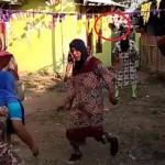 Sandal melayang saat lomba sepak bola ibu-ibu pakai daster (Instagram)