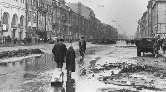Suasana Kota Leningard, Uni Soviet di masa Pengepungan Leningard, 1942. (Wikimedia.org)