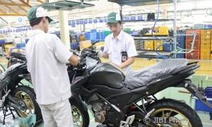Teknisi AHM memeriksa New Honda CB150R StreetFire Stallion Black (astra-honda.com)