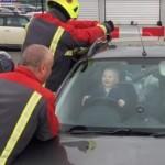 Bayi Brandon Emery semringah sementara yang lain berusaha membuka mobil. (Istimewa/Dailymotion)