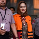 Wali Kota Tegal Siti Masitha Soeparno mengenakan rompi oranye dan ditahan seusai diperiksa di gedung KPK, Jakarta, Rabu (30/8/2017). (JIBI/Solopos/Antara/Hafidz Mubarak A)
