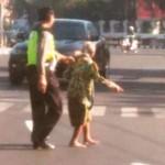AKSI POLISI : Seberangkan Manula di Tugu Muda, Polisi Malah Dicerca
