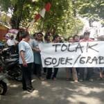 TRANSPORTASI SEMARANG : Pelanggan Pindah Ojek Online, Sopir Angkot di Semarang Demo