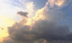 Awan berbetuk unik terlihat dari kawasan sekitar Simpang Lima, Kota Semarang, Jateng, Kamis (3/8/2017) sore. (Facebook.com-Gianni Frieda)