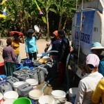 Penyaluran air bersih dengan truk tangki di Dukuh Gedad, Ketro, Karangrayung, Grobogan, Jateng, Rabu (16/8/2017). (JIBI/Solopos/Antara/Yusuf Nugroho)
