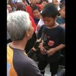 Gubernur Jateng Ganjar Pranowo (kiri) mengacungkan mikrofon kepada anak yang menyanyikan lagu Bojo Galak (kanan). (Facebook.com-Ganjar Pranowo)