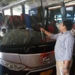 Anggota Polsek Banjarsari mengecek kondisi bus Eka di Terminal, Tirtonadi, Solo, yang rusak akibat dilempar warga di daerah Masaran, Sragen, Kamis (31/8/2017). (Muhammad Ismail/JIBI/Solopos)