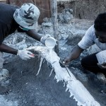 Petugas mencetak pola replika untuk menduplikasi fosil di situs prasejarah Desa Banjarejo, Gabus, Grobogan, Jateng, Selasa (15/8/2017). (JIBI/Solopos/Antara/Aji Styawan)
